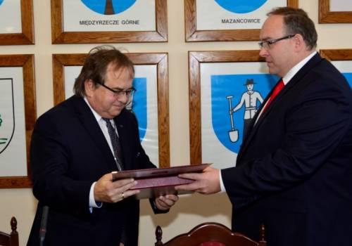 podczas sesji Rady Gminy Jasienica wójt złożył mu podziękowania za dotychczasową współpracę. Fot: UG Jasienica